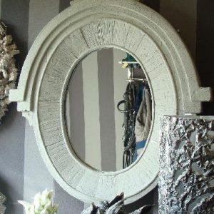 Spiegel met houten lijst