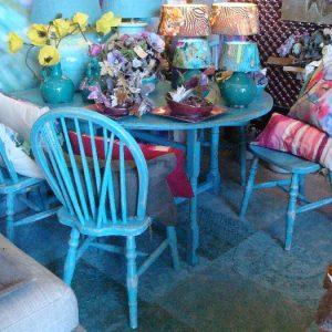 Houten blauwe stoeltjes