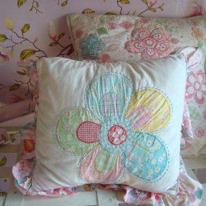 Room Seven kussen met regenboog bloem