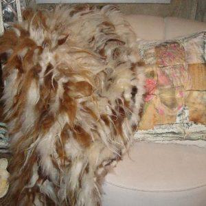 Langharig schapenhaar kleed bruin