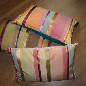 Kussen met strepen en fluwelen achterkant