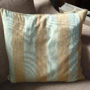 Kussen met blauw / zand kleurige strepen
