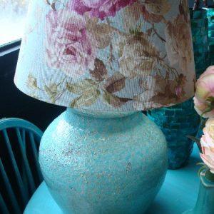 Licht blauwe lampenvoet met bloemen kap