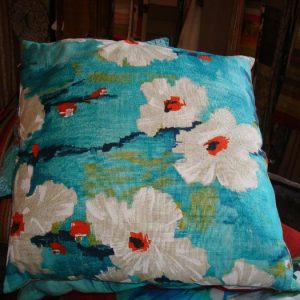 Blauw kussen met witte bloemen claudi